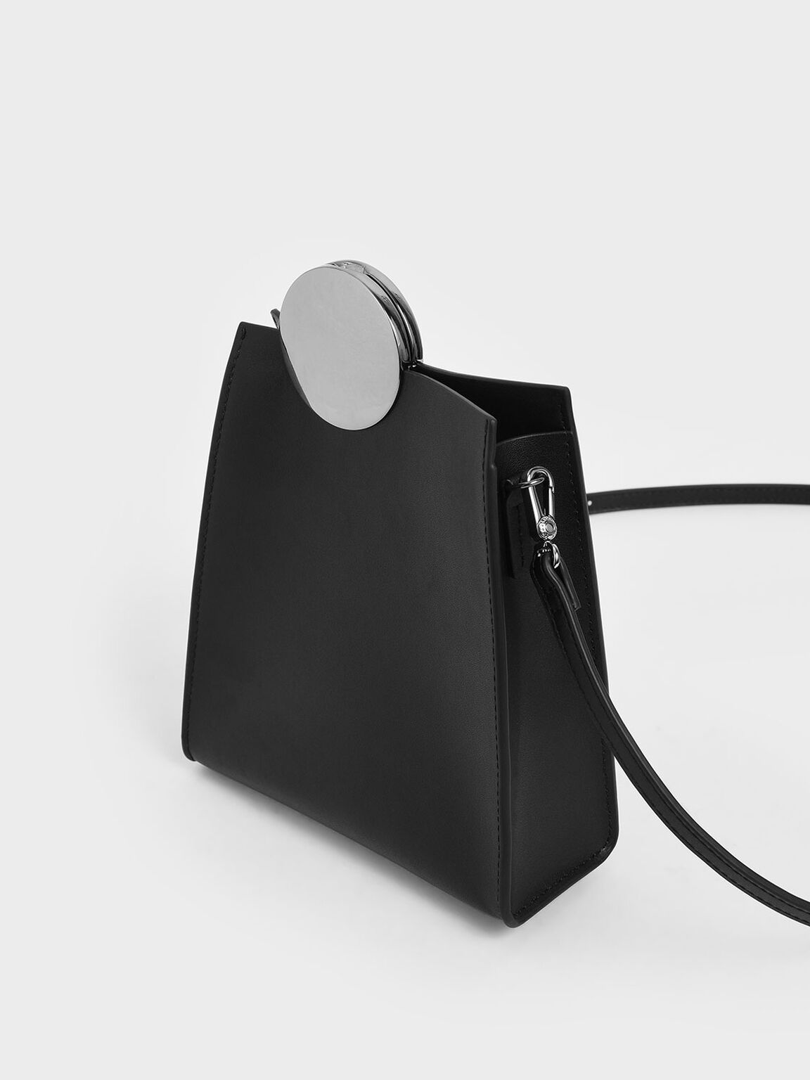 金屬圓扣真皮側背包, 黑色, hi-res