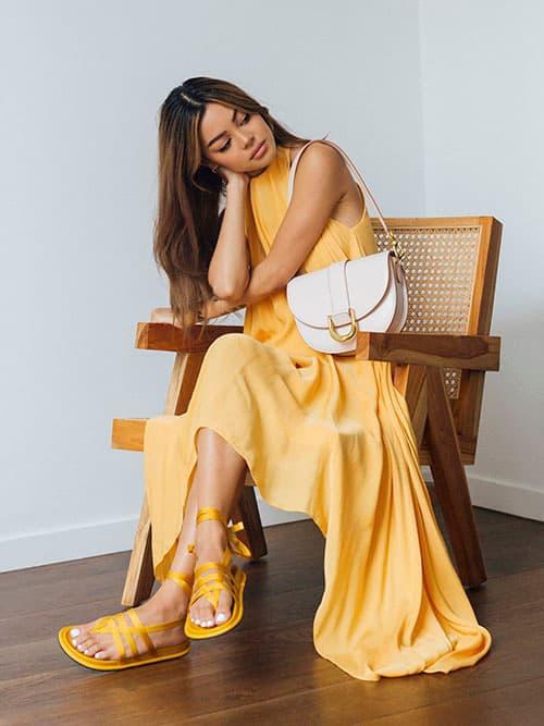 綁帶夾腳涼鞋,黃色;Gabine馬鞍包,粉紅色
