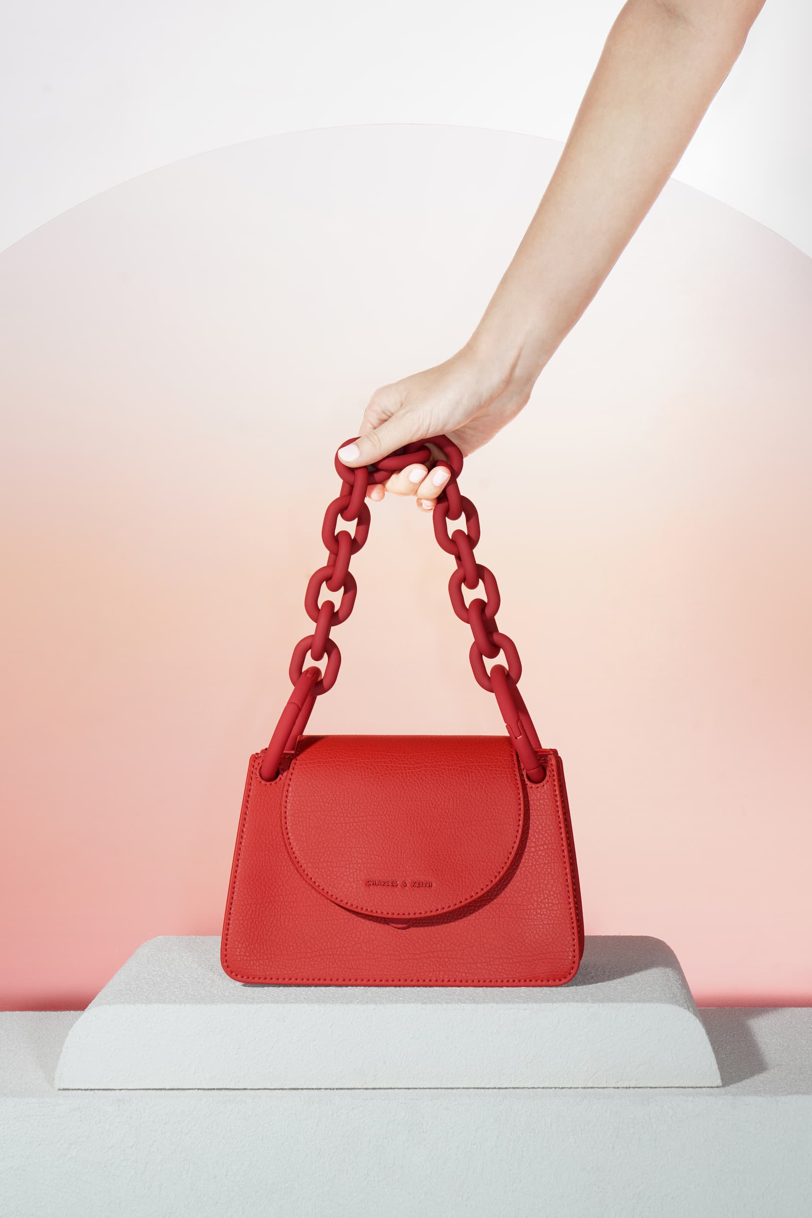 Women's chunky chain link small shoulder bag in red – CHARLES & KEITH