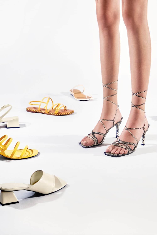 交叉綁帶方頭涼鞋、蛇紋交叉綁帶涼鞋、幾何挖空粗跟拖鞋、多帶粗跟涼鞋、套趾分岔拖鞋 - CHARLES & KEITH